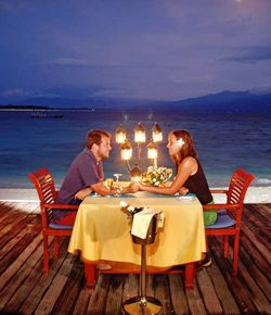 Hotel_vila_ombak_beach_restaurant_with_couple