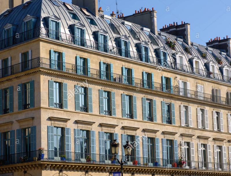 Le-style-haussmannien-sur-la-celebre-rue-de-rivoli-paris-b168yg